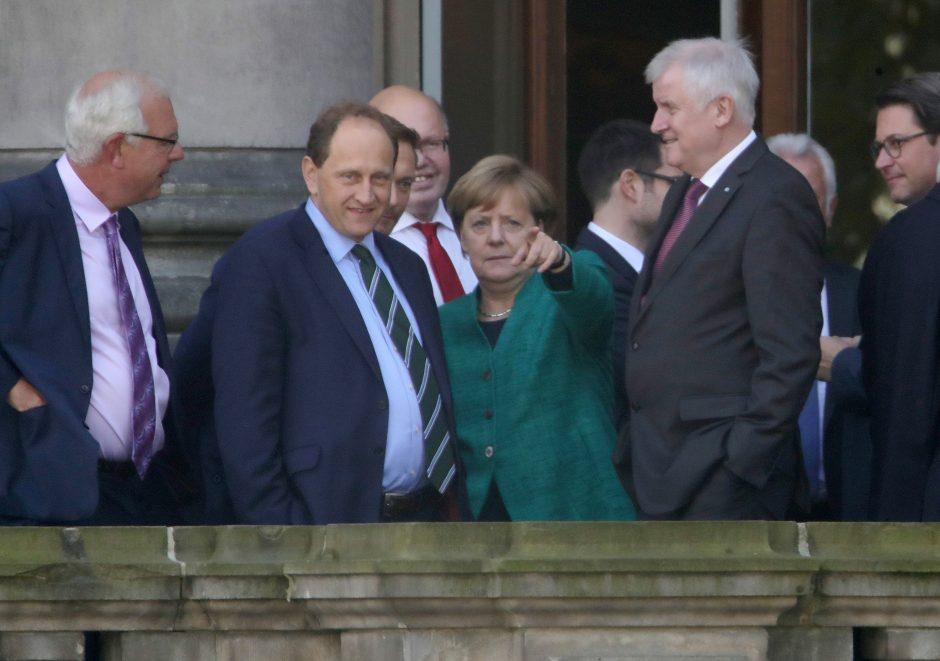 Susilpnėjusi A. Merkel bando formuoti naują vyriausybę