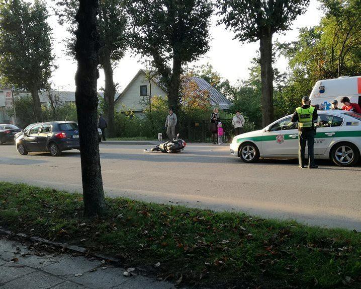 Garliavoje motoroleris rėžėsi į lengvąjį automobilį