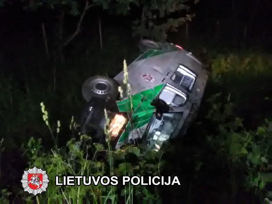 Bėglių persekiojimas pareigūnams baigėsi liūdnai – apvirto automobilis