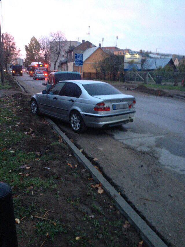 Kaunietė prašo pagalbos: kažkas rėžėsi į jos stovintį BMW