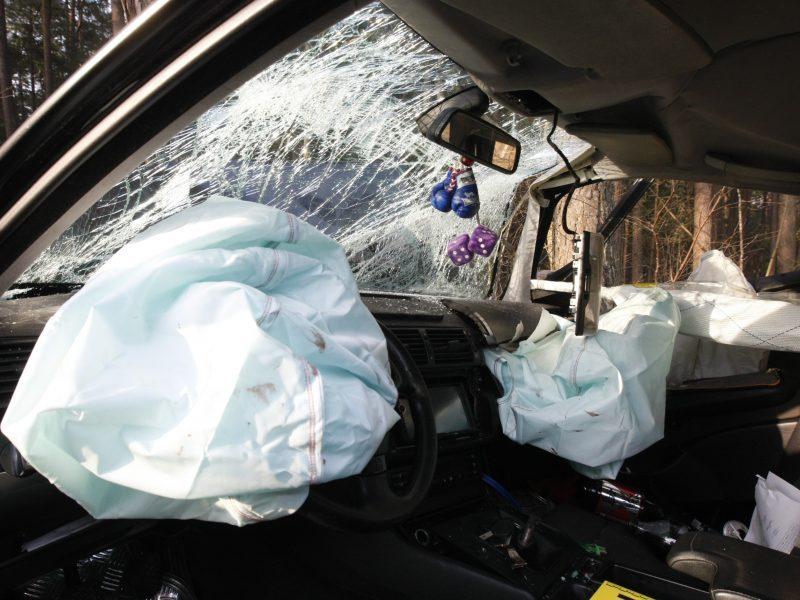 """Vilniuje """"Toyota"""" nulėkė į griovį, pranešama apie prispaustą moterį"""
