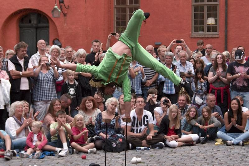 Savaitgalį Klaipėdoje siautės gatvės cirko artistai