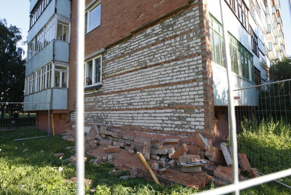 Klaipėdoje triukšmingai nugriuvo dalis daugiabučio namo fasado