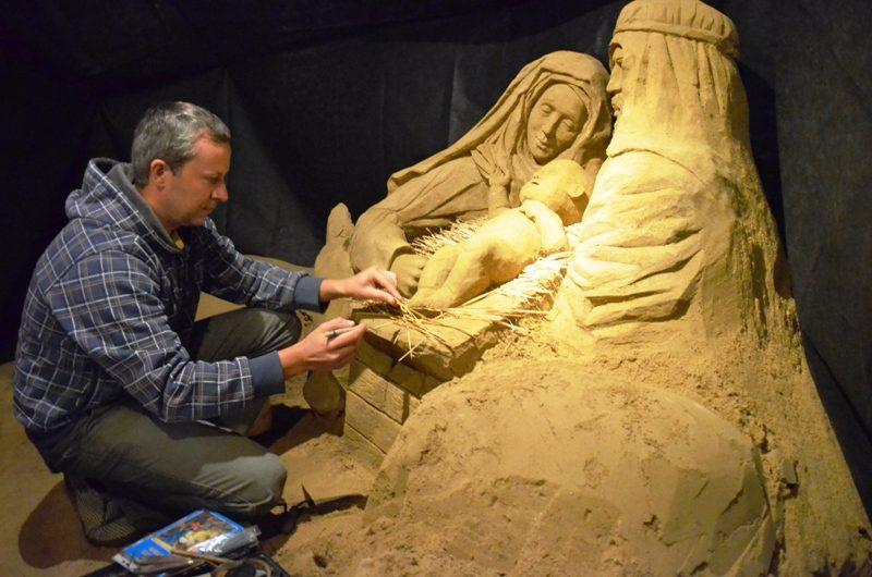 Palangoje iš smėlio sukurta prakartėlė jau primena apie artėjančias Kalėdas