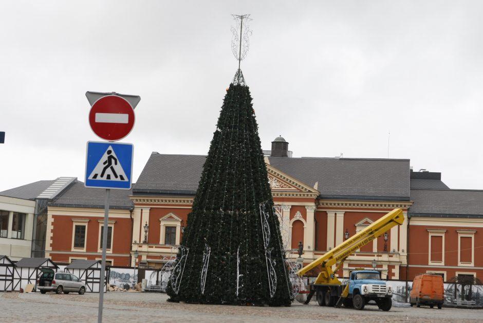 Teatro aikštėje jau iškilo kalėdinė eglutė