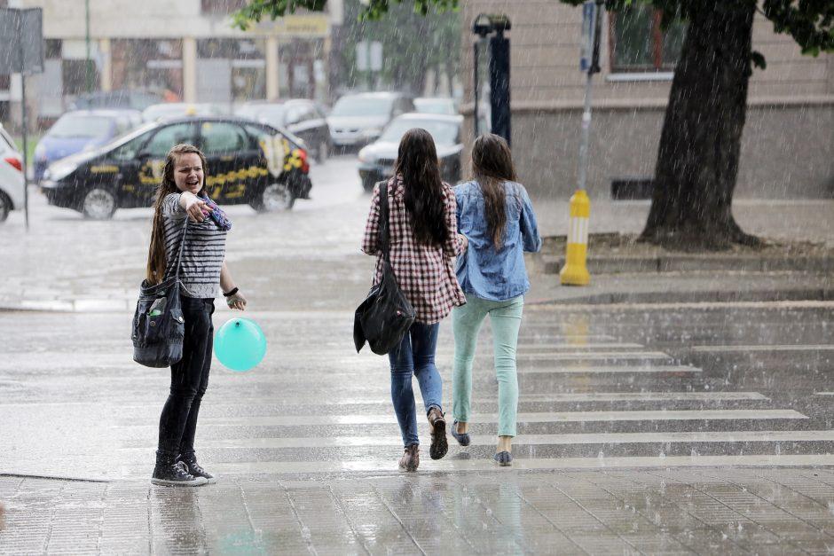Savaitgalį pajūrį ženklins lietus