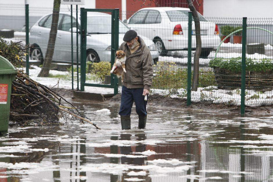 Kėdainių ir Vilniaus rajonuose ugniagesiai padėjo apsemtų namų gyventojams