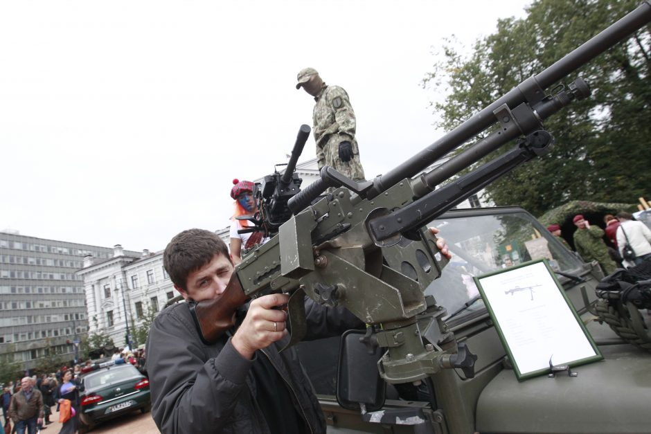 Karo artilerija visuomenei – kaip ant delno