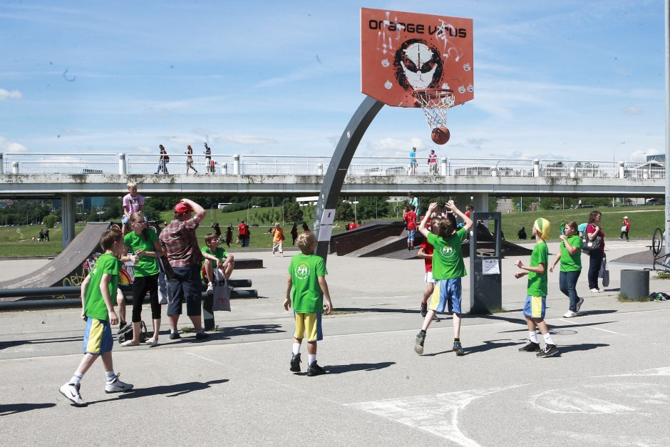 Vaikų džiaugsmo šūkiai drebino Baltąjį tiltą