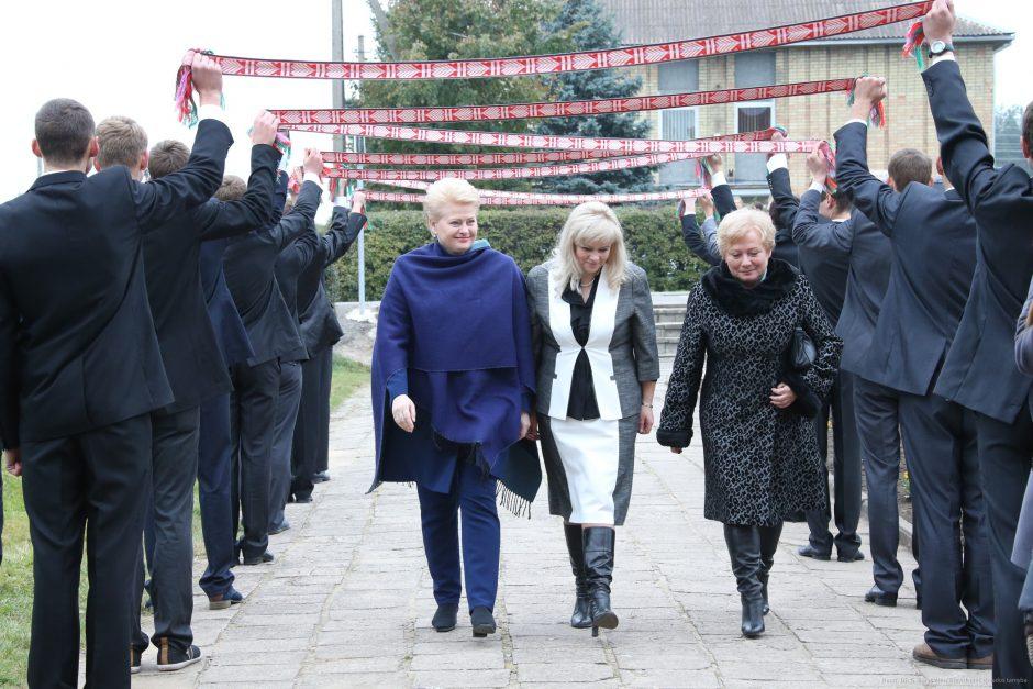 Prezidentė Vilniaus rajono Marijampolio mokyklai suteikė M. Lukšienės vardą