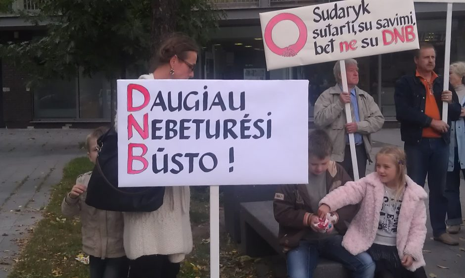 DNB banko pasijutę apgauti lietuviai popietę piketavo prie Norvegijos ambasados