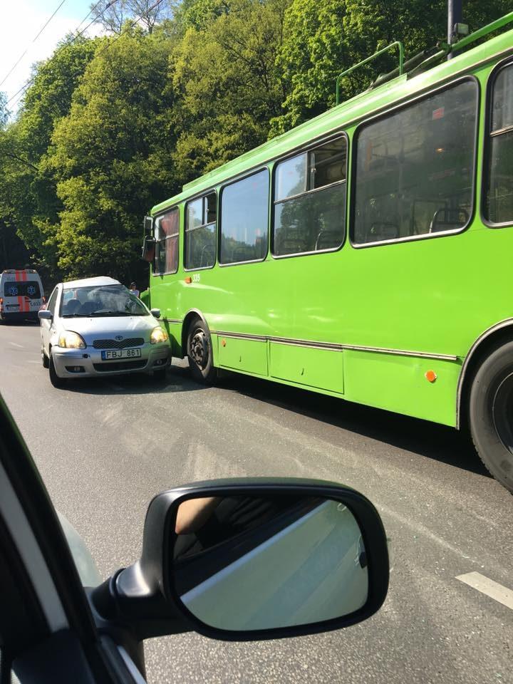 Avarija Tunelio gatvėje: susidūrė automobilis ir troleibusas
