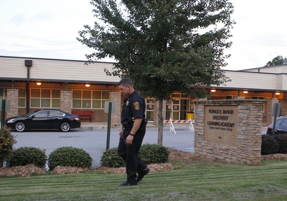 JAV į mokyklą įsiveržęs ginkluotas jaunuolis pasidavė policijai