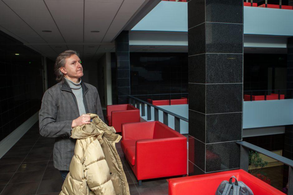 Serbas šokdina Kauno teismą