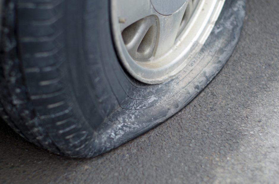 Sustojo pakeisti automobilio ratą – prarado 8 tūkst. litų