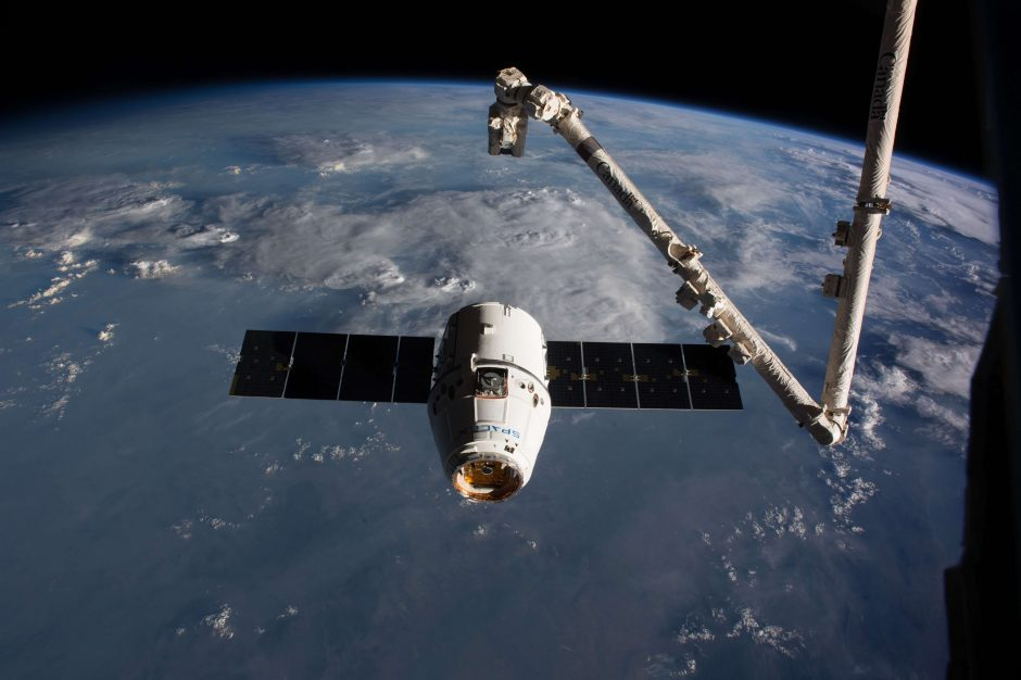 """""""SpaceX"""" kosminė krovinių kapsulė grįžo į Žemę"""