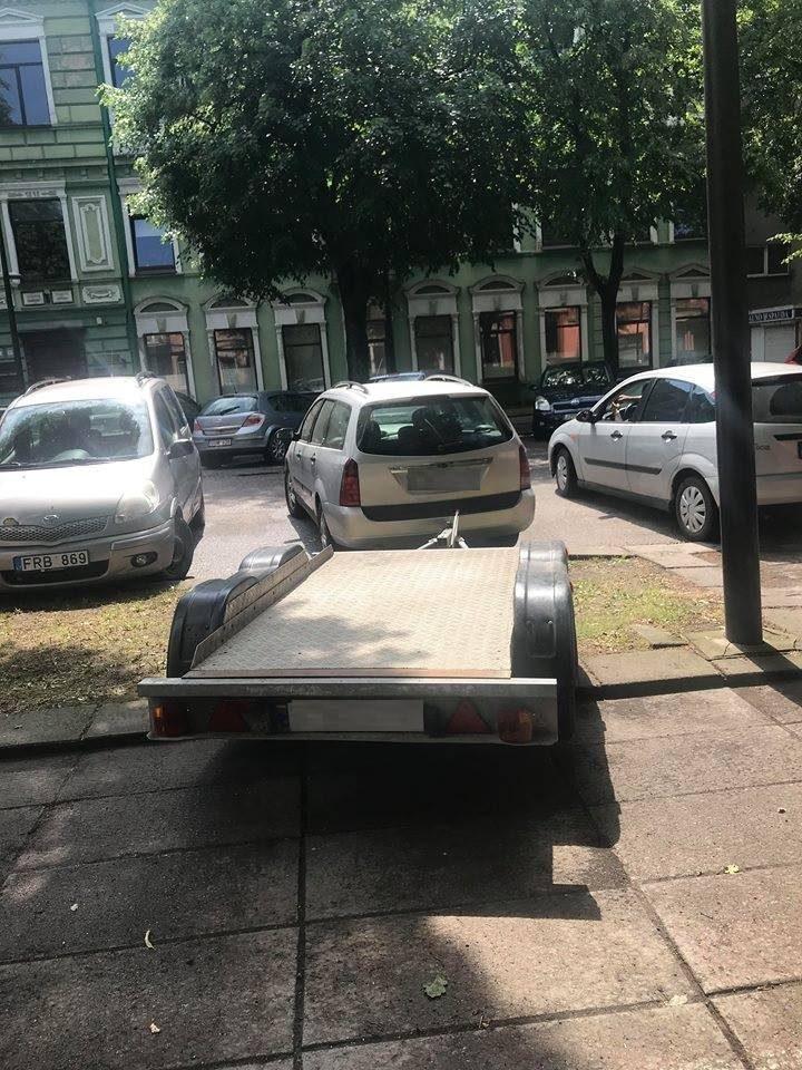 Kauno centre neleistinai pastatytas automobilis užtraukė baudą