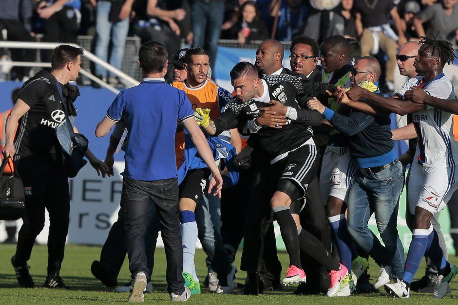 """""""Bastia"""" sirgaliai per apšilimą užpuolė """"Lyon"""" futbolininkus"""