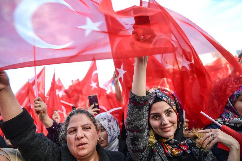 Turkija rekomenduoja savo piliečiams atsisakyti kelionių į JAV