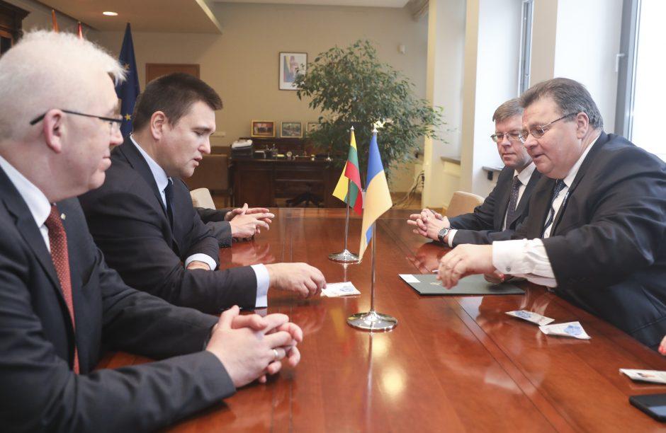 """Ukrainos užsienio reikalų ministras: Rusija vykdo """"šliaužiančią okupaciją"""""""