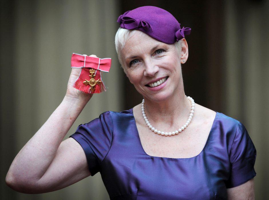 Dainininkė Annie Lennox bombarduojama įžeidimais dėl komentarų apie karališkąją šeimą