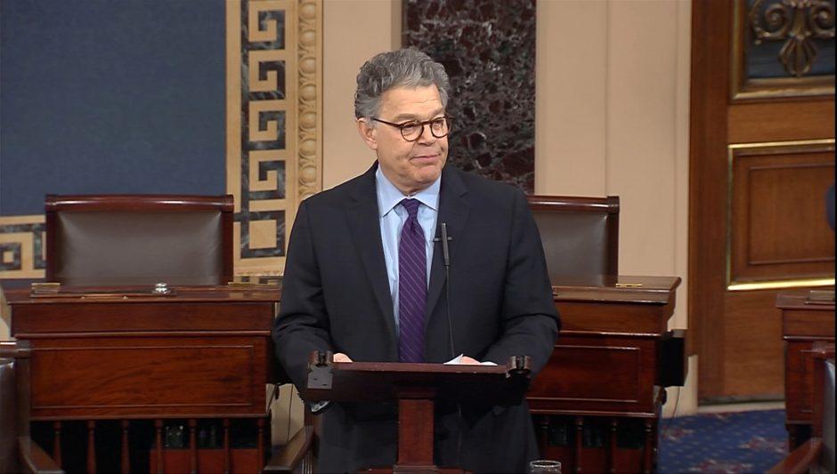 Iš JAV Senato atsistatydina priekabiavimu kaltinamas A. Frankenas