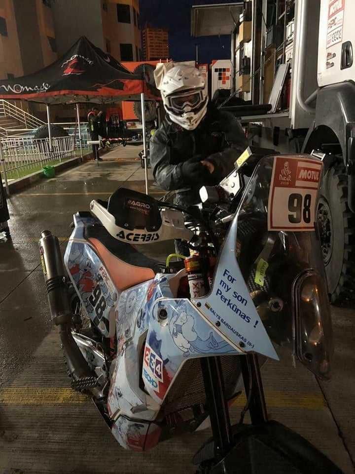 Į dviejų dienų maratoną motociklininkas B. Bardauskas išskubėjo merkiant lietui