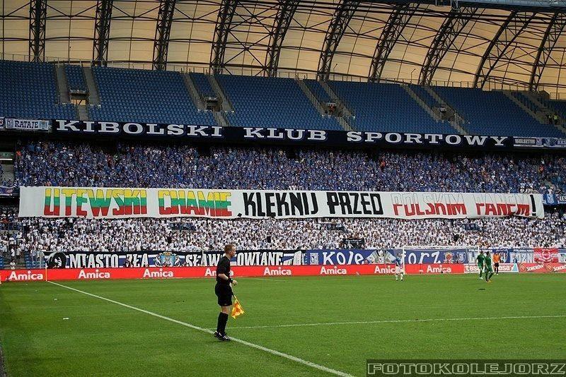 """Išaiškinti 8 """"Lech"""" sirgaliai, laikę plakatą """"Lietuvių chame, klaupkis prieš lenkų poną"""""""