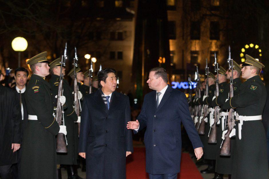 Su Japonijos premjeru susitikęs S. Skvernelis ragina stiprinti ekonominius saitus