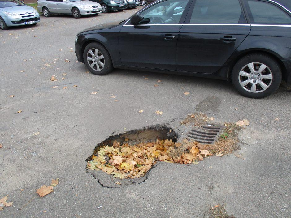 Atsargiai: automobilių stovėjimo aikštelėje – didžiulė duobė