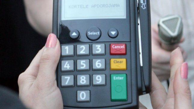 EK siūlo riboti tarpbankinius mokesčius, bankininkai teigia, kad vartotojai nuo to nelaimės