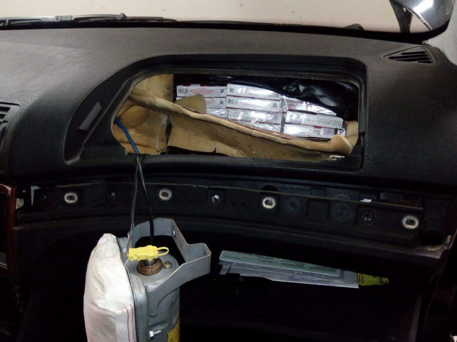 900 pakelių cigarečių šalčininkietis sukišo į tris automobilio slėptuves