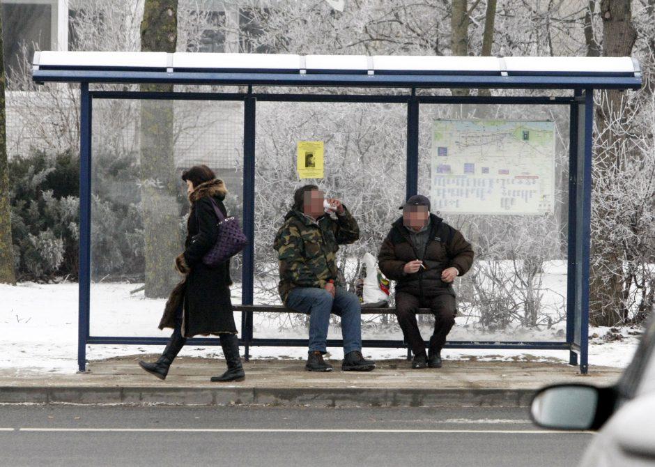 Autobusų stotelę okupavo girtuokliai
