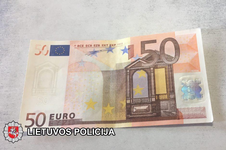 Degalinėje įkliuvo vyras, platinęs netikras 50 eurų kupiūras