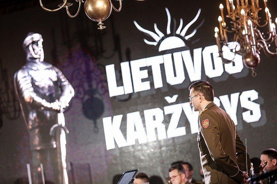 """""""Lietuvos karžygio"""" statulėlė įteikta nuo užpuolikų Indijos pilietį apgynusiam kariui"""