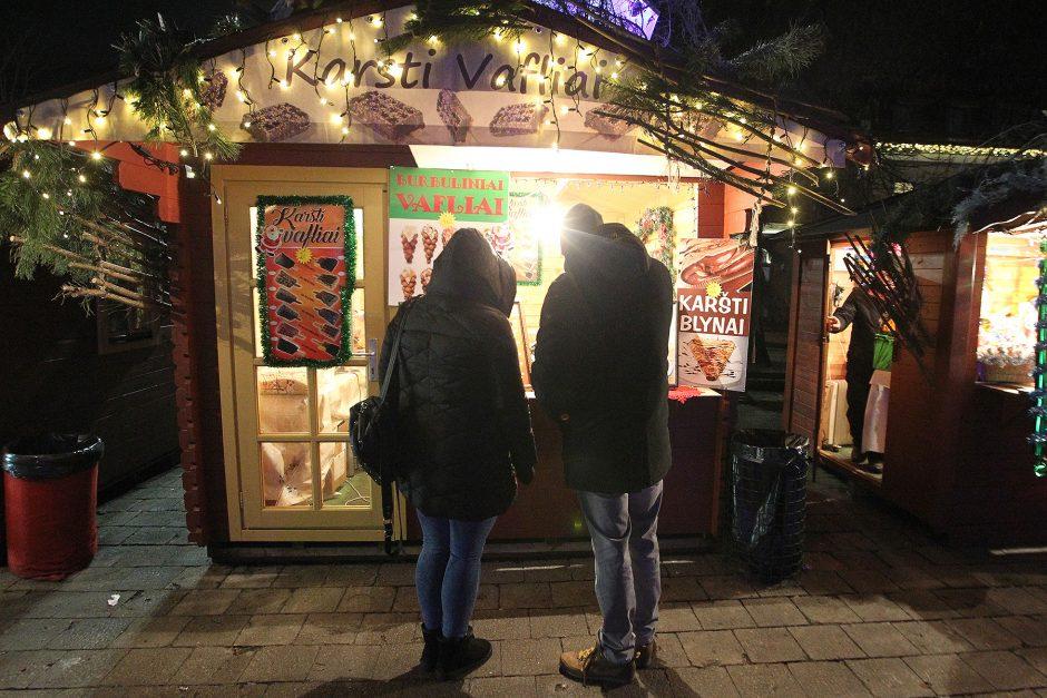 Vakare tviskanti pakoreguota Kauno Kalėdų eglė
