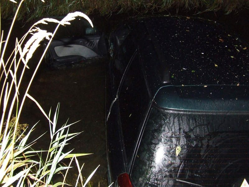 """Gaudynės pasienyje: vienas """"Subaru Legacy"""" įstrigo krūmynuose, kitas įskriejo į Merkį"""