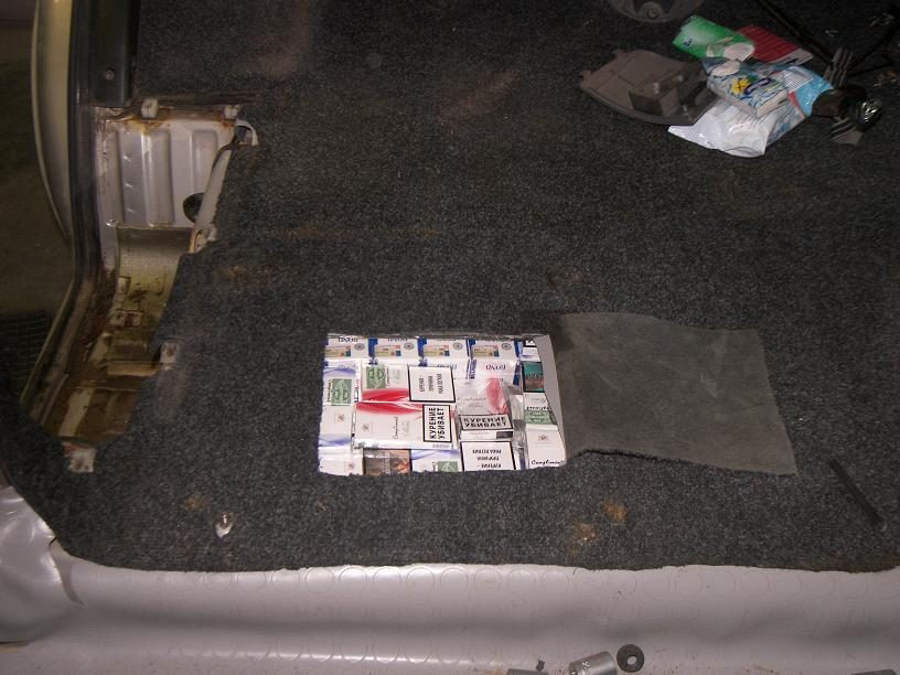 Jurbarkietis rusiškų cigarečių atsivežė mikroautobuso slėptuvėje