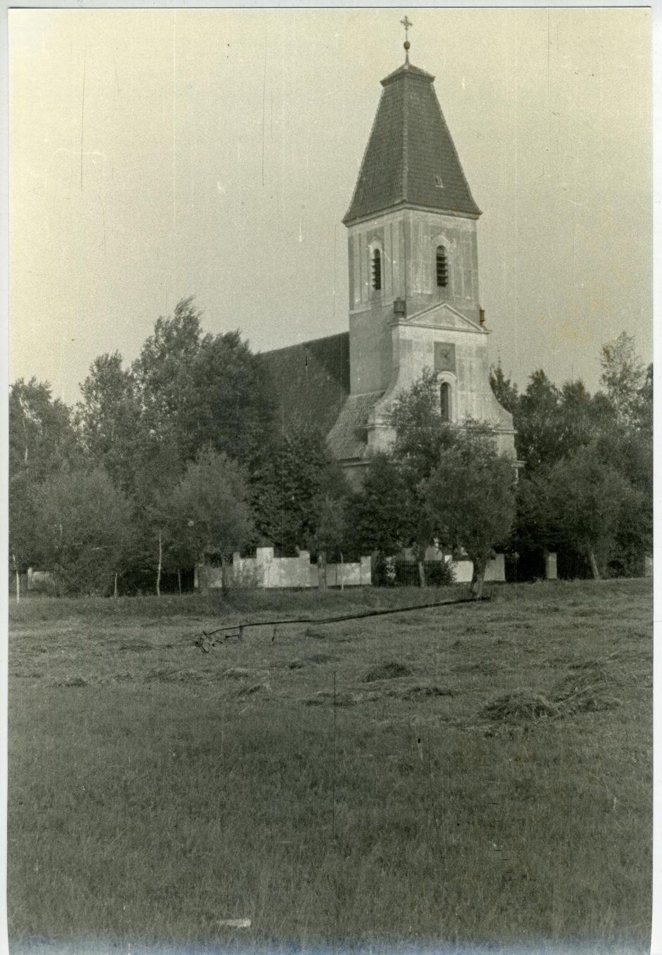 Į bažnyčią – pabūklų šūviai