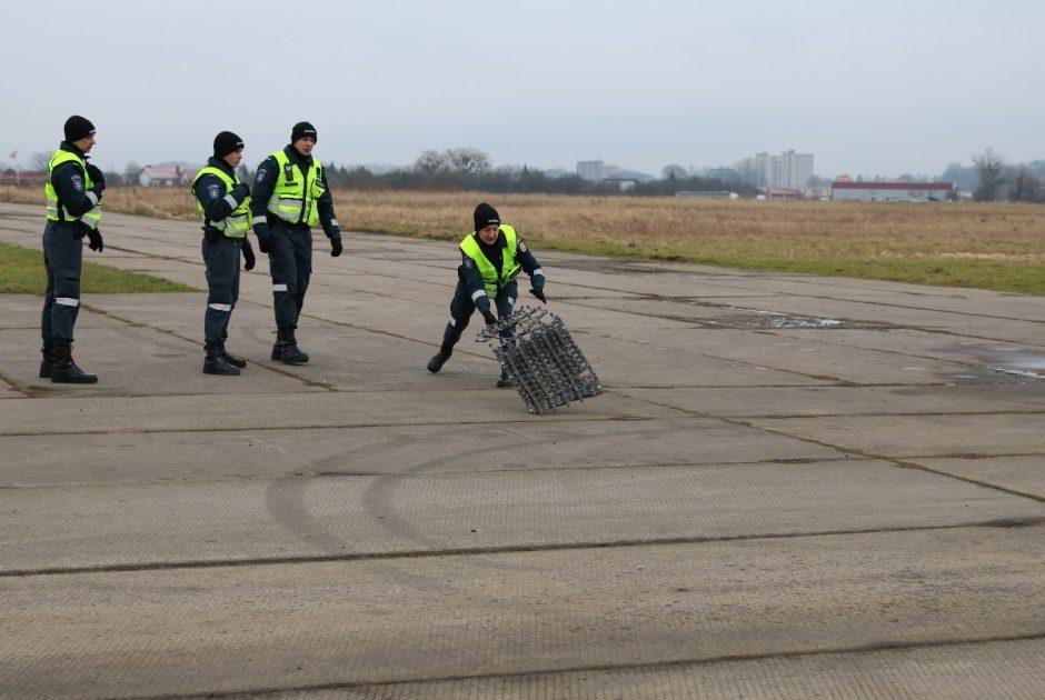 S. Dariaus ir S. Girėno aerodrome – būrys pareigūnų ir aidintys šūviai