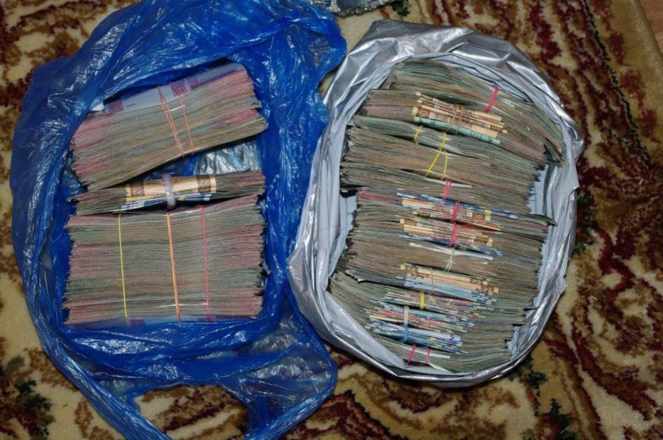 Pareigūnai įsitikino: pinigų ir narkotikų tabore - nors vežimu vežk