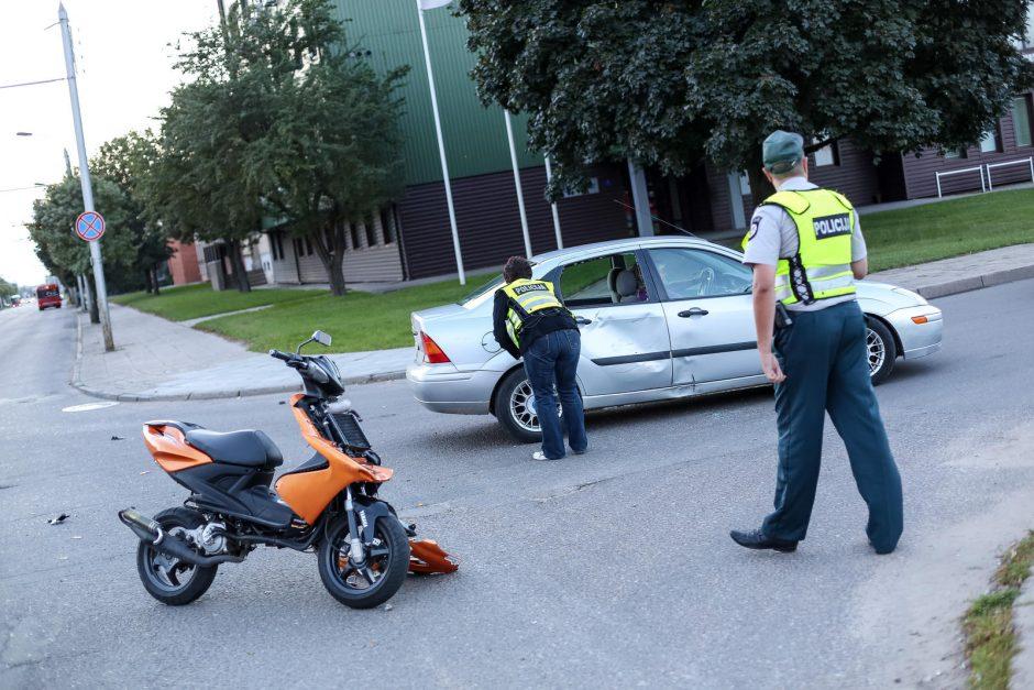 Avarija Raudondvario plente: automobilis rėžėsi į motorolerį