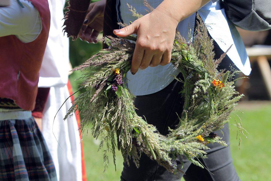 Oninių šventė ir moterų kilnojimas į orą sužavėjo ir kinus