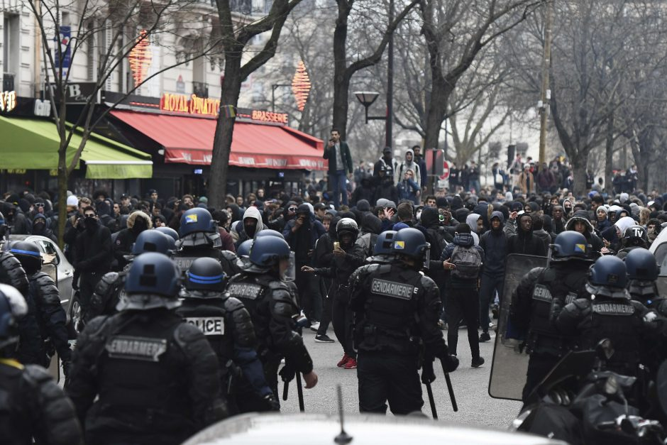 Prancūzų jaunimas susirėmė su policija po vieno vaikino išprievartavimo istorijos