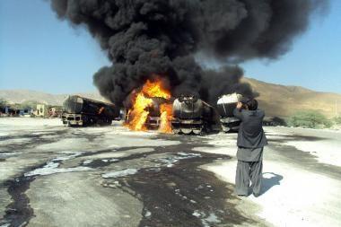 Pakistane kovotojai sudegino penkis NATO benzinvežius, nužudė vairuotoją