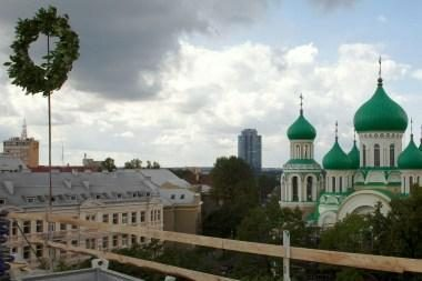 Dviejų ambasadų pastate iškeltas vainikas