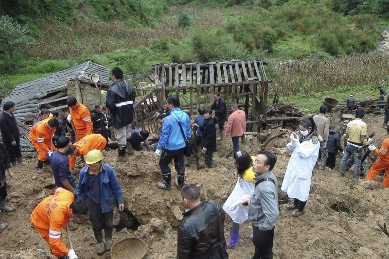 Kinijoje patvirtinta 18 žemės nuošliaužos užverstų moksleivių mirtis