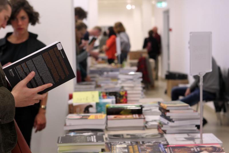 Apklausa: knygų Lietuvoje visai neskaito 40 proc. suaugusiųjų
