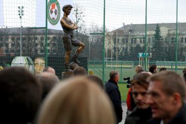 Futbolo akademijos pabaigtuvėms - skulptūra ir nauja aikštė