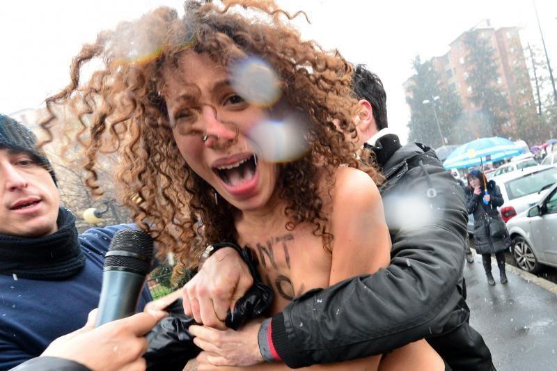 Iki pusės nuogos feministės puolė prie S. Berlusconi (foto)